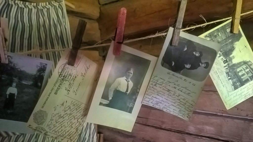 Vanhoja valokuvia pyykkipojilla ripustettuina